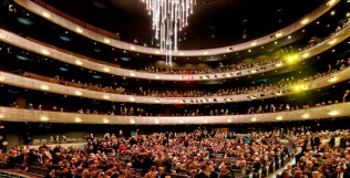 An audience gathers for a performance in the Winspear Opera House. Pohto by Nigel Young / Foster + Partners